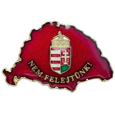 Nem Felejtünk transzparens bordó koronás címerrel
